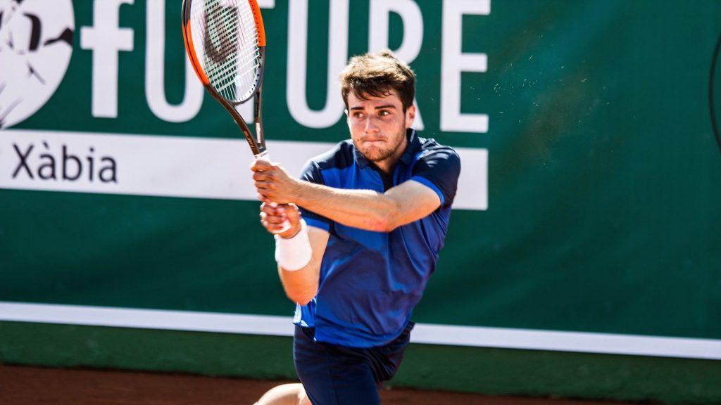 Pedro Martínez golpea un revés en el ATP de Marrakech
