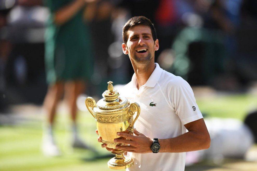 Djokovic con el trofeo de Wimbledon 2018