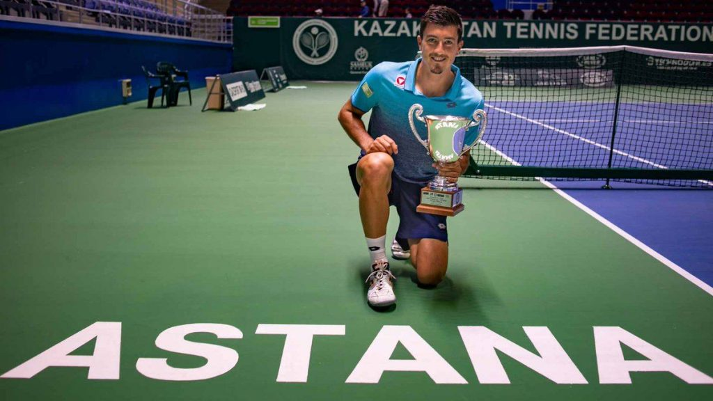 Sebastian Ofner posa con el título de campeón en el Challenger de Astaná 2018