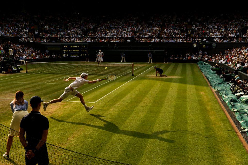 La noche cae en las pistas de Wimbledon en el partido entre Anderson e Isner