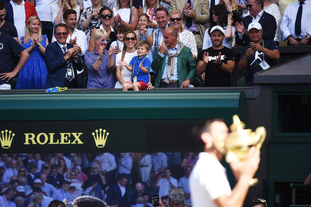 Djokovic y su hijo de fondo celebrando el título de Wimbledon 2018
