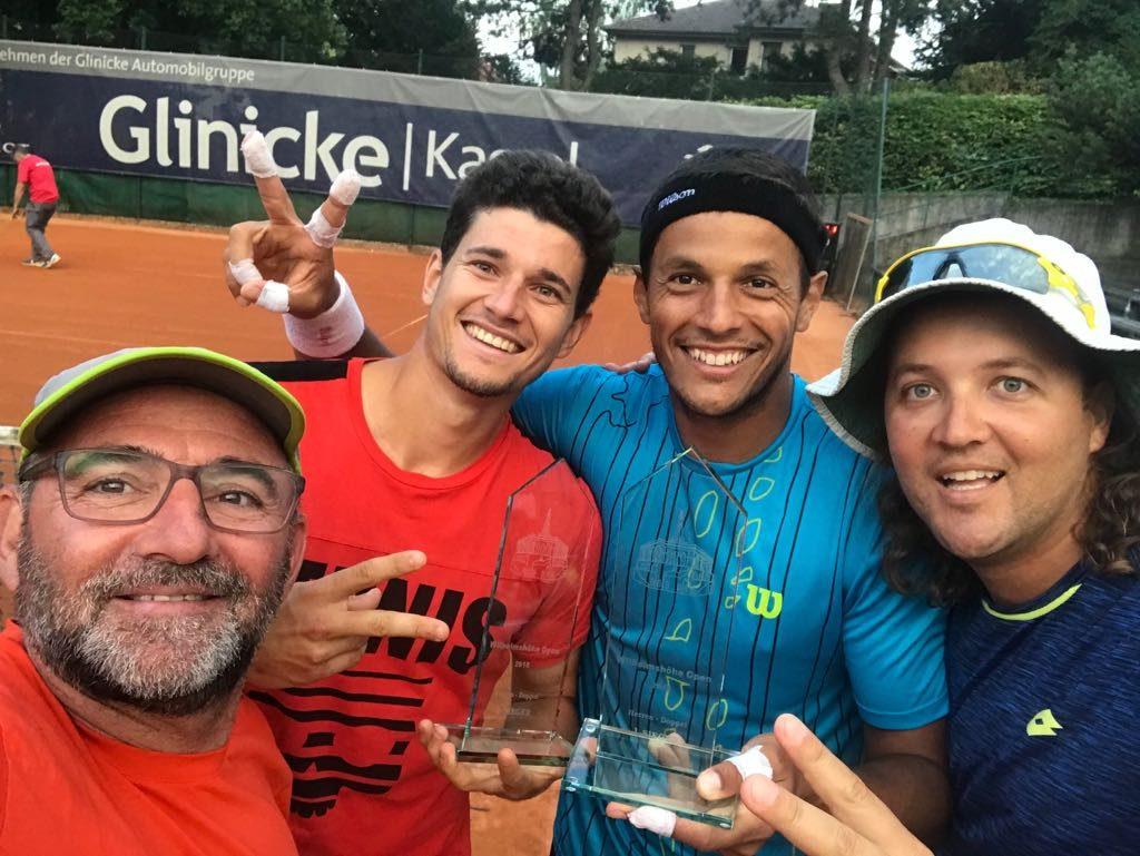 David Vega y Joao Souza celebran juntos un título con sus entrenadores