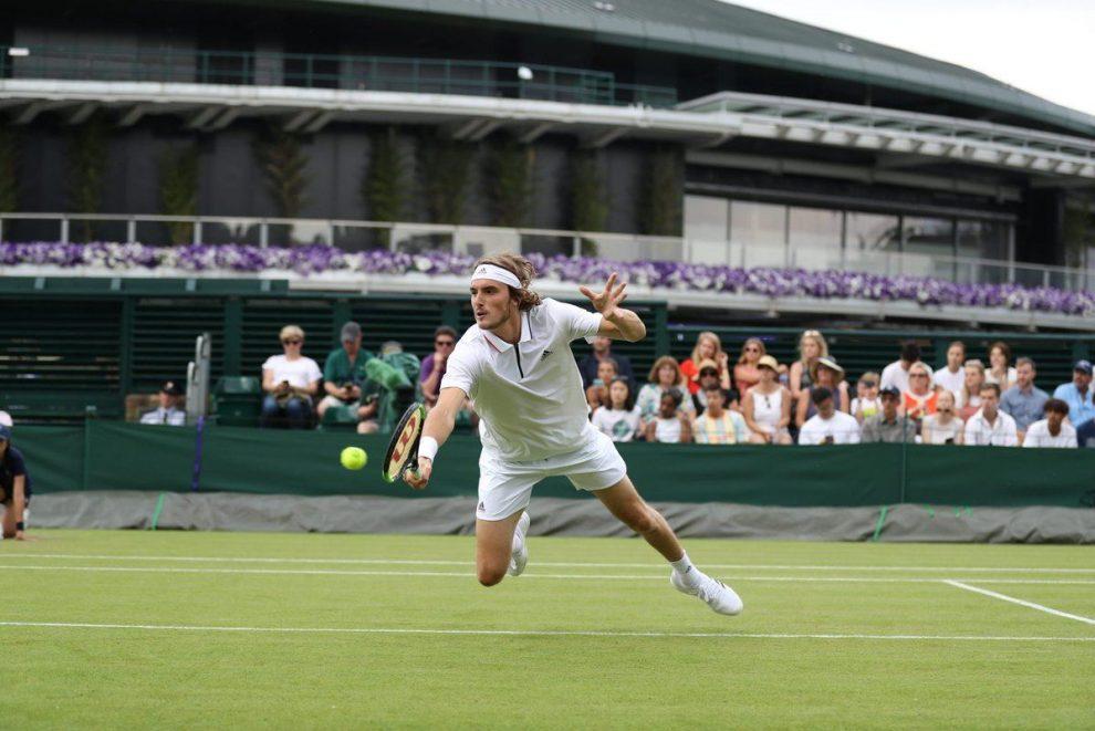 Tsitsipas se lanza a por una bola en Wimbledon 2018