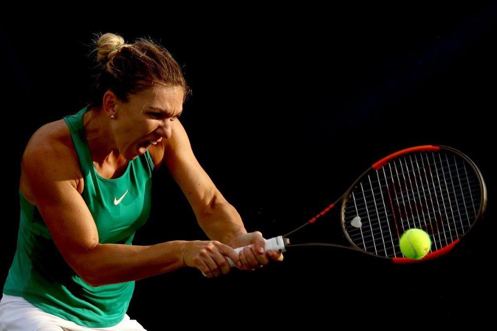 Simona Halep golpea un revés en el Masters 1000 de Cincinnati