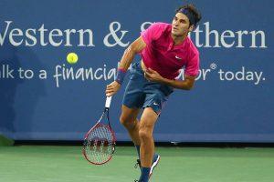 Roger Federer sacando en el Masters 1000 de Cincinatti en 2015