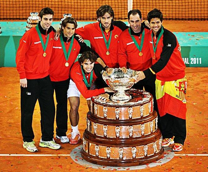 Los integrantes de la Copa Davis posan con el título de la Copa Davis