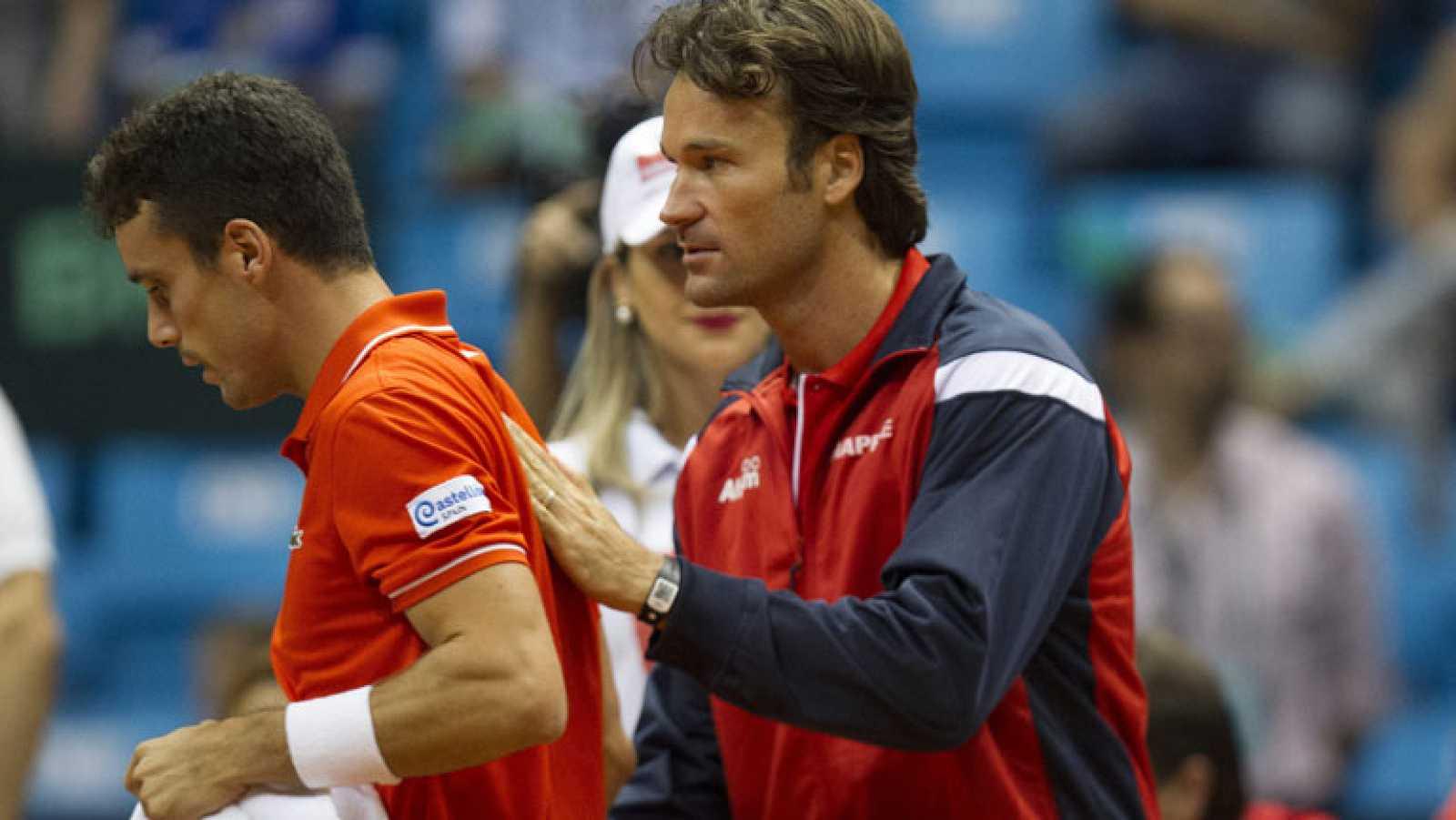 Carlos Moyá con Roberto Bautista durante un partido de Copa Davis