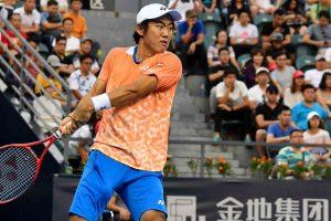 Nishioka golpeando un revés