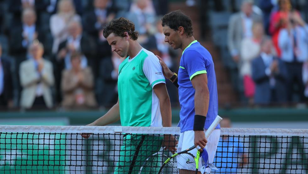 Nadal saluda a Thiem tras un partido en Roland Garros