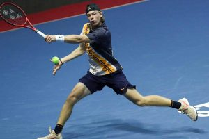 Shapovalov llegando a una bola en el ATP de San Petesburgo