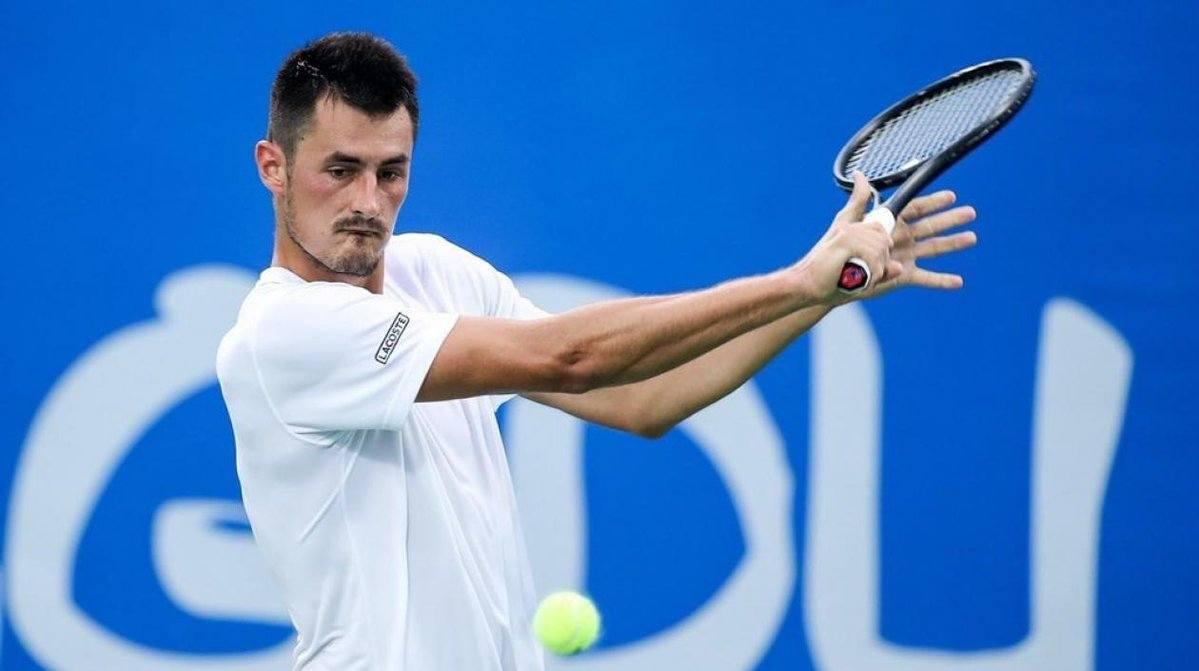 Tomic cortando un revés en el ATP de Shenzhen