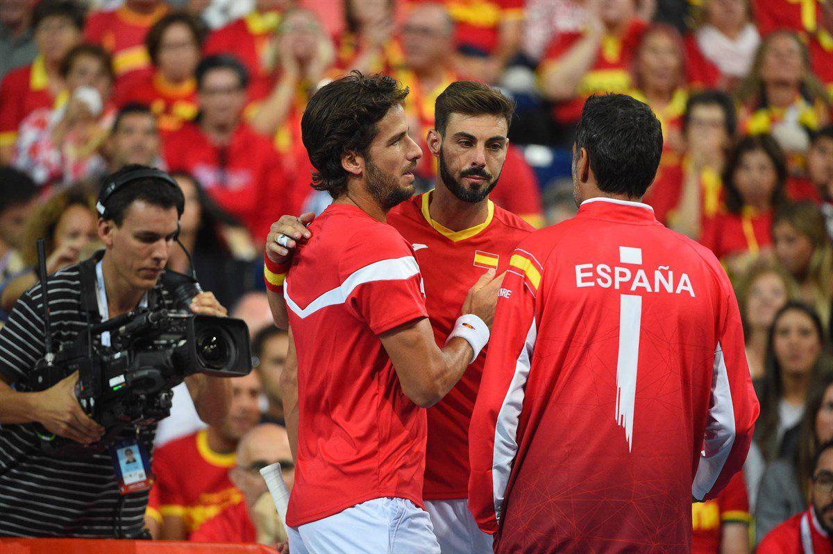 Feliciano y Granollers hablan con Sergi Bruguera durante los dobles ante Francia