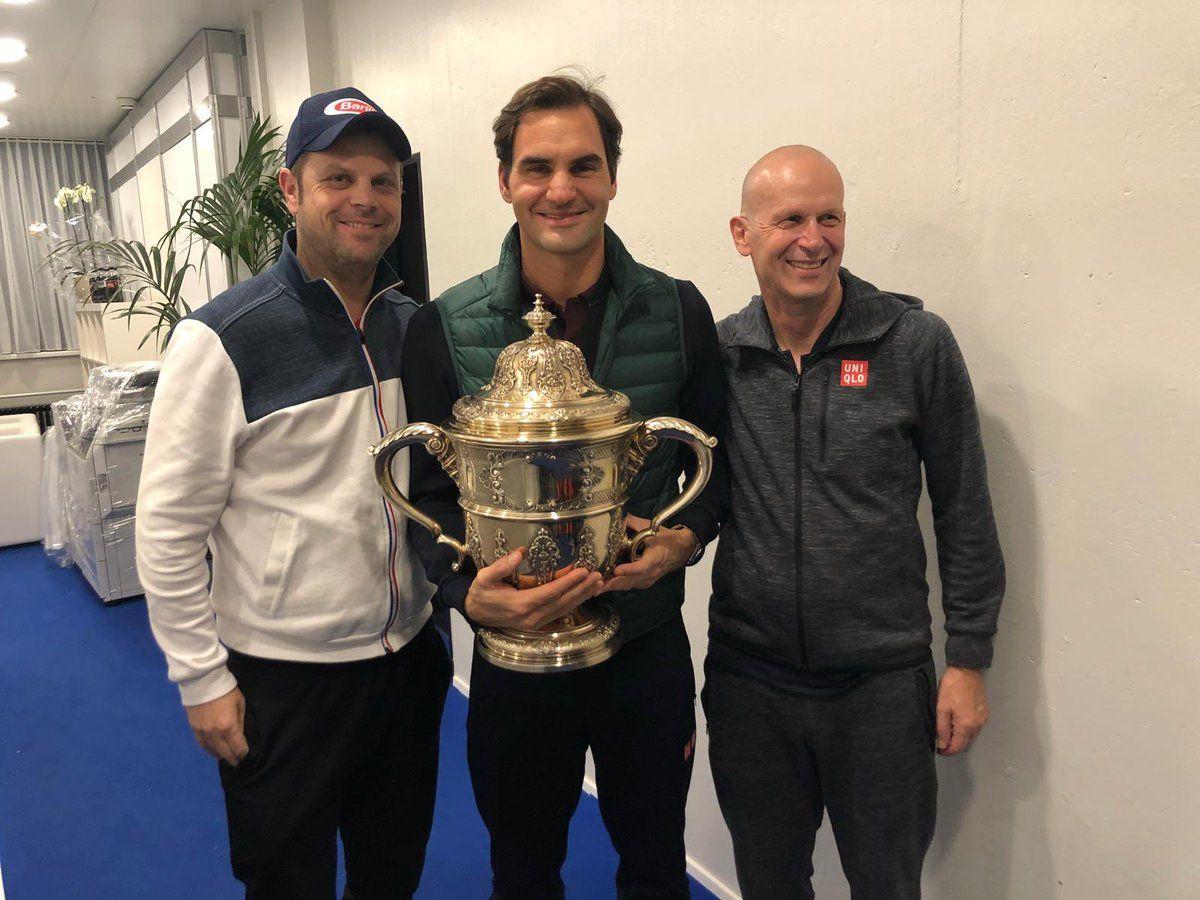 Federer y su equipo posan con el título 99 conseguido en el ATP de Basilea