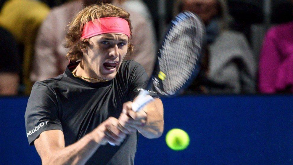 Alexander Zverev golpea un revés en el ATP de Basilea