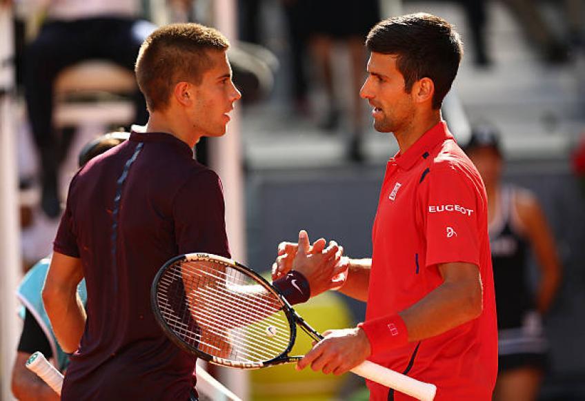 Coric y Djokovic se saludan tras un partido