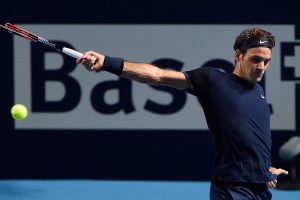 Federer golpea un revés en el ATP de Basilea
