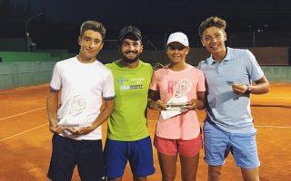 Leandro Serrano posa con algunos jugadores de la academia