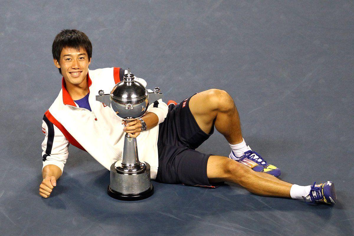 Nishikori posa con el trofeo del ATP de Japón