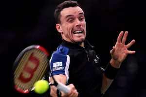 Roberto Bautista golpea una derecha en el Masters 1000 de París