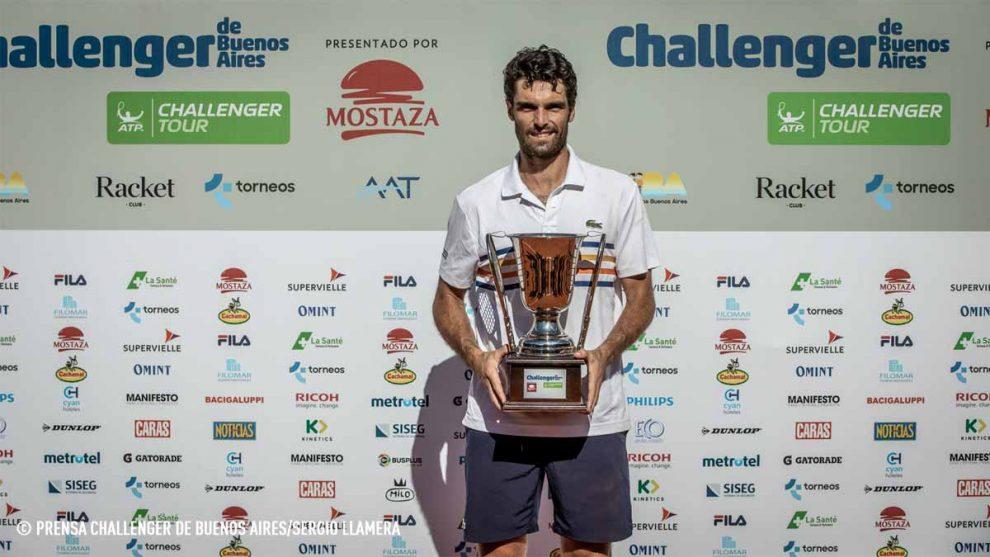 Pablo Andújar posa con el título del Challenger de Buenos Aires