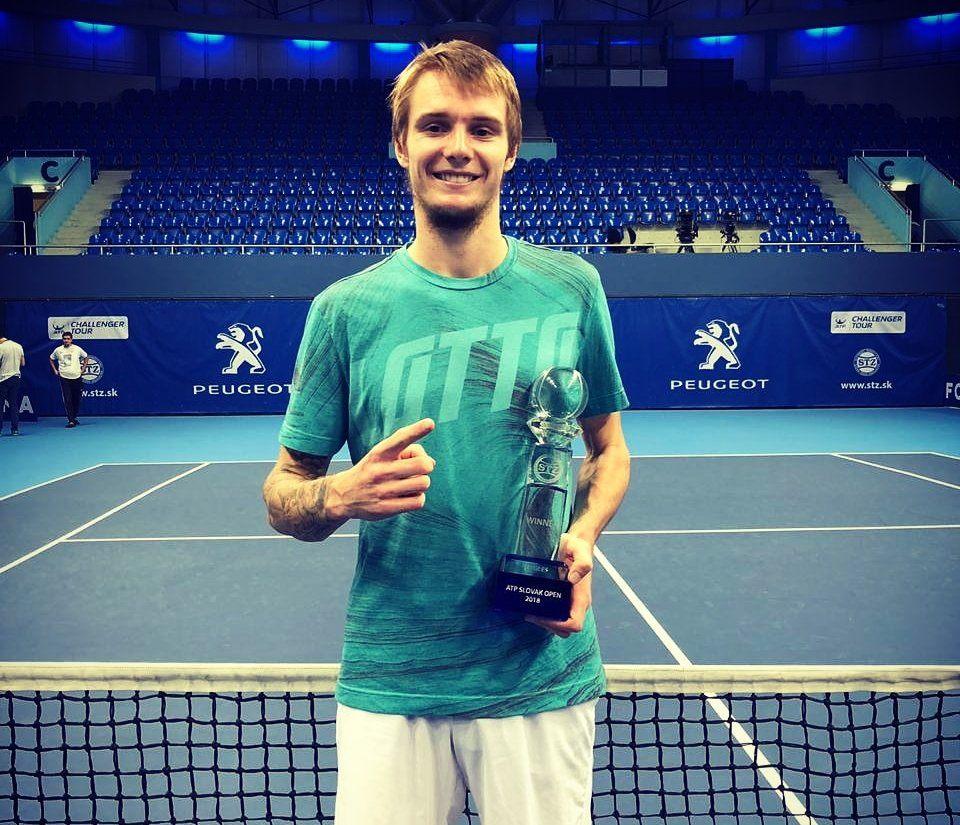 Bublik posa con el trofeo del Challenger de Bratislava