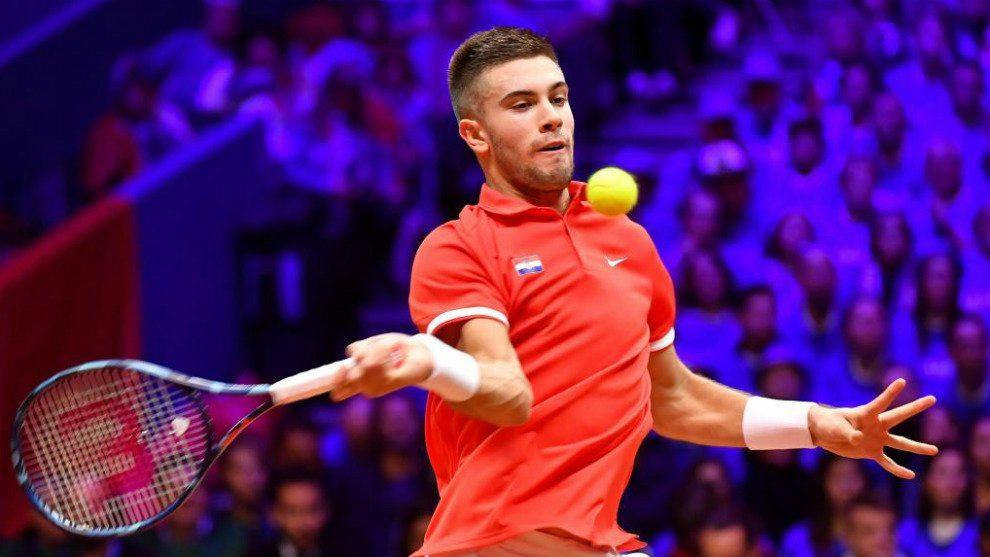 Coric golpea una derecha durante la final de la Copa Davis en 2018