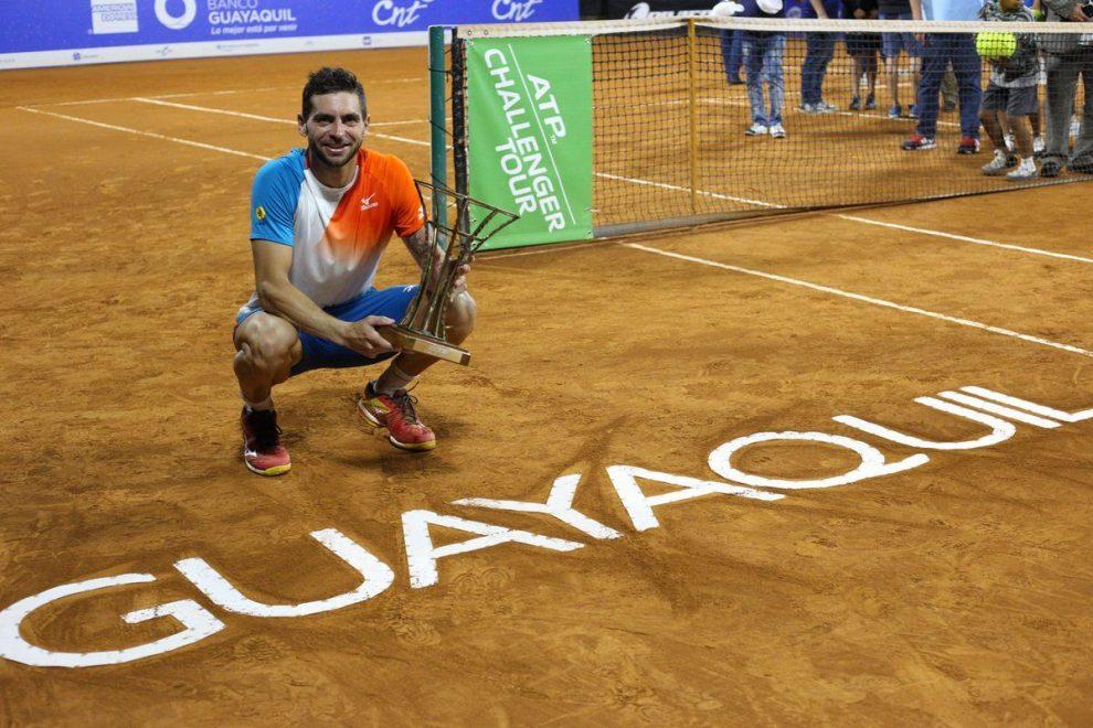 Guido Andreozzi posa con el trofeo del Challenger de Guayaquil