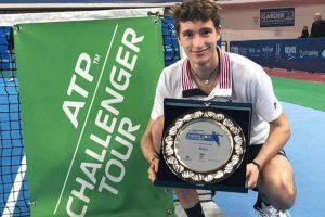 Humbert posa con el título del Challenger de Andria