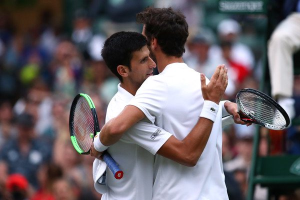 Djokovic y Khachanov se abrazan tras su partido en Wimbledon