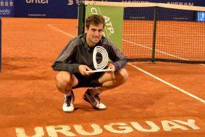 Guido Pella posa con el título del Challenger de Montevideo en 2018