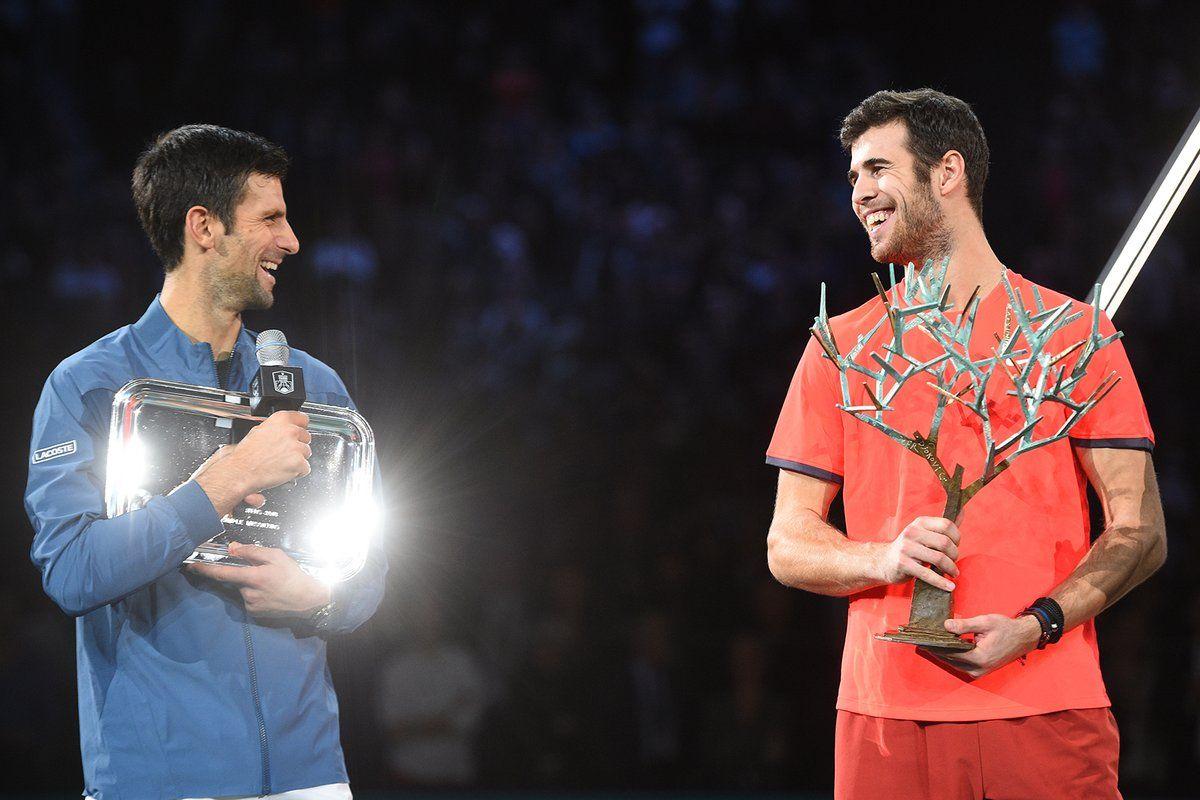 Djokovic y Khachanov en la ceremonia de trofeos del Masters 1000 de París