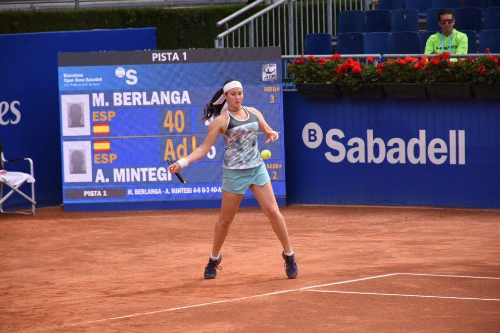 María Berlanga golpea una derecha durante un torneo