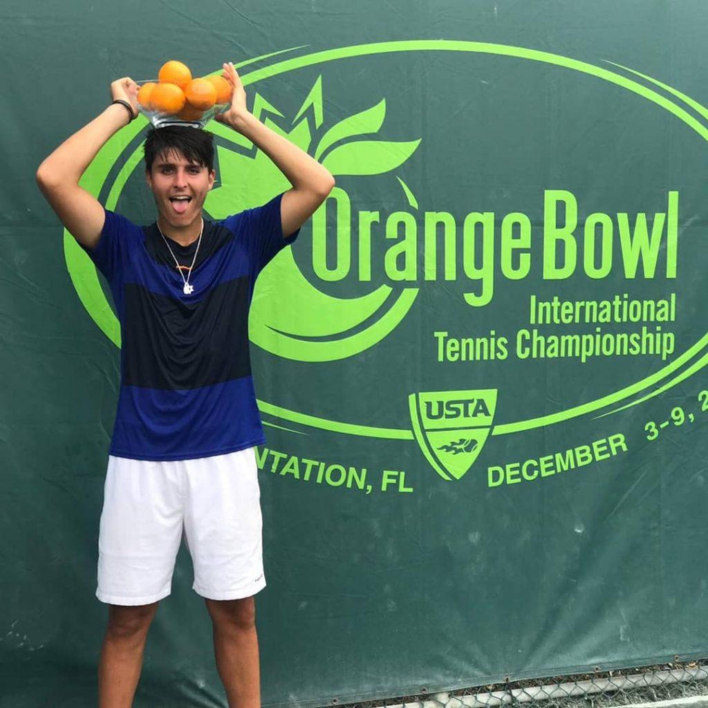 Pablo Llamas con el título de la Orange Bowl