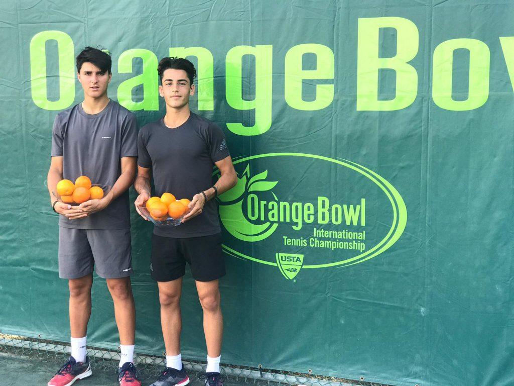 Pablo Llamas y Ángel Guerrero posan con el título de campeones en la Orange Bowl