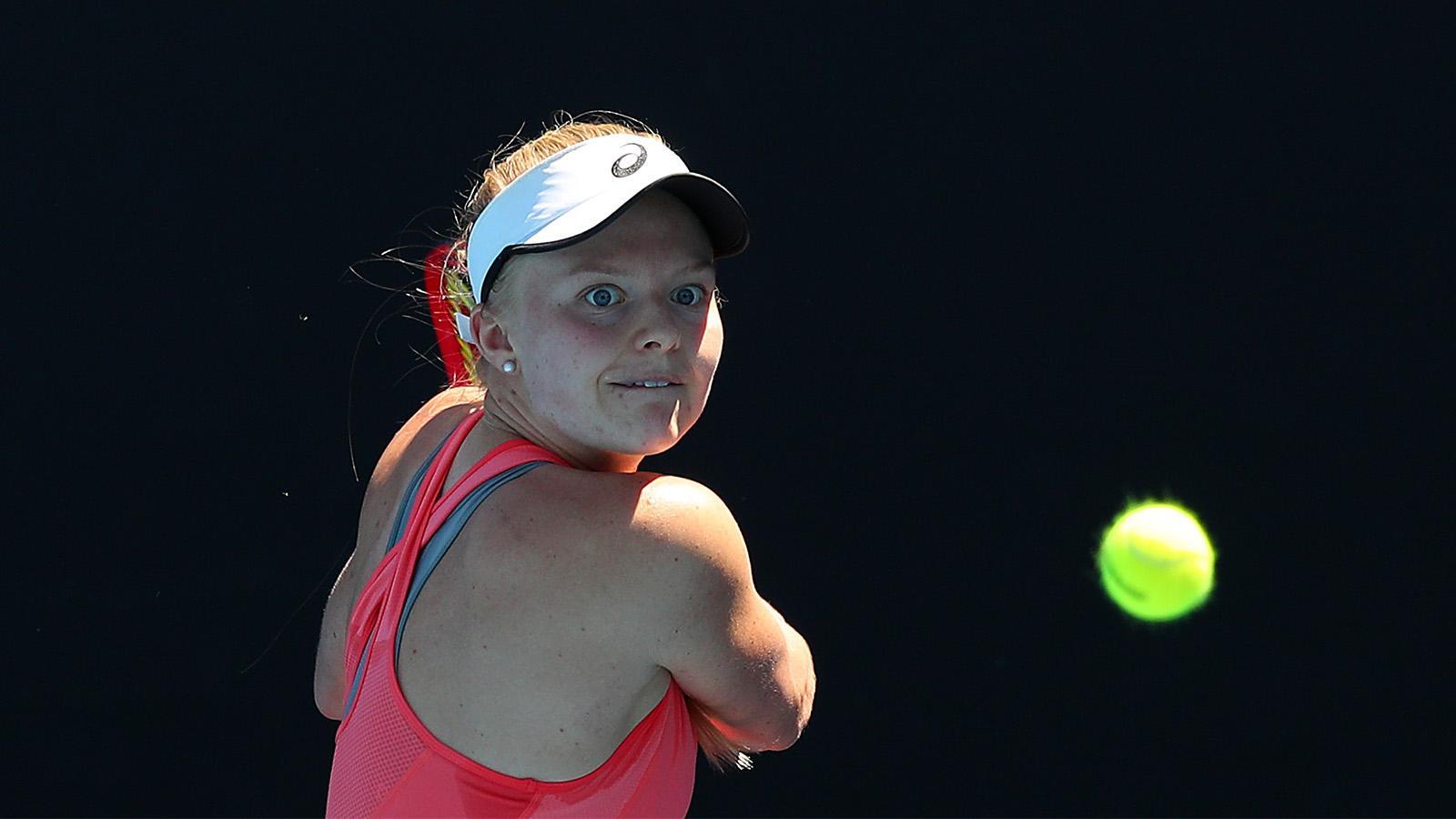 Paula Badosa sacando en la clasificación del Open Australia 2019