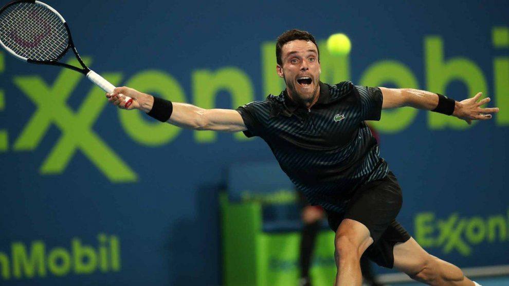 Roberto Bautista golpea una bola en el ATP de Doha