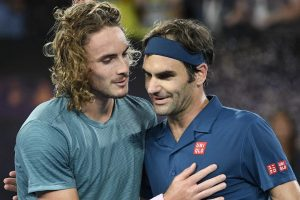 Federer y Tsitsipas se saludan tras el Open de Australia 2019