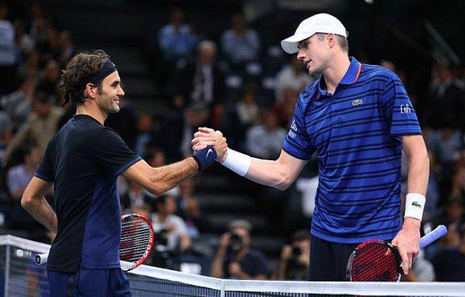 Isner y Federer se saludan tras un partido