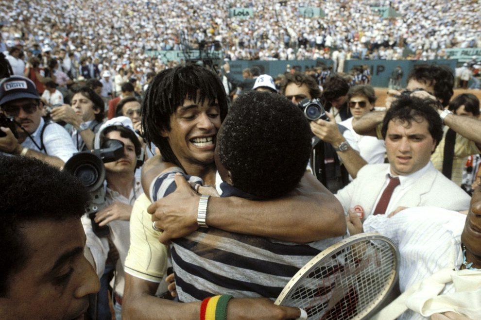 Yannick Noah se abraza con su padre tras ganar el título en Roland Garros en 1983
