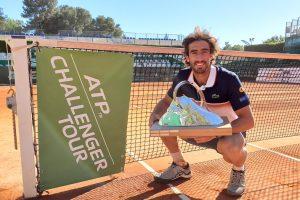 Pablo Cuevas posa con el título Challenger Aix en Provence