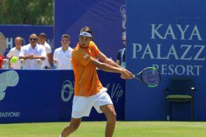 Lorenzo Sonego golpea un revés en el ATP Antalya