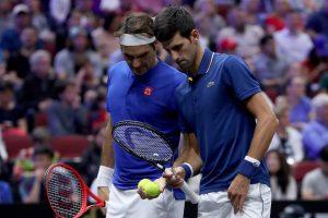 Federer y Djokovic durante un partido de la Laver Cup