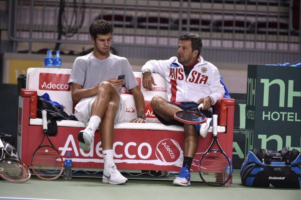 Sergio Sabadello y Karen Khachanov charlando tras un entrenamiento