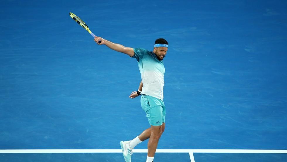 Jo-Wilfried Tsonga ejecutando un revés | Foto: ATP Tour